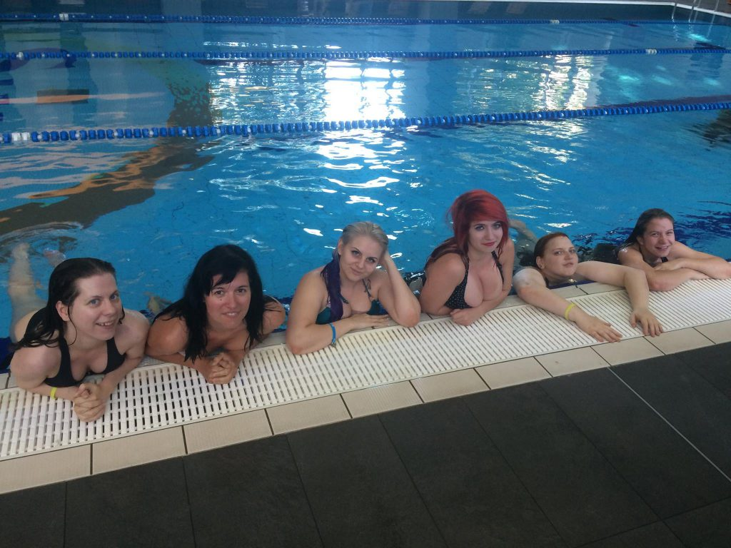 Modellcsapat a medencében